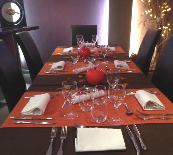 decoration de table chaleureuse et lumineuse grande table restaurant Au Fil de l Eau